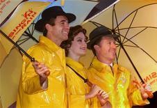 """<p>(Слева направо) Австралийские актеры Дэйл Пингелли, Пиа Морли и Уэйн Скотт Кирмонд на пресс-конференции, приуроченной к выходу мюзикла """"Поющие под дождем"""" в Гонконге 13 июня 2002 года.23 октября 2002 года скончался сценарист и поэт Эдолф Грин, который в соавторстве с Бетти Комден написал либретто к ряду прославленных мюзиклов, в том числе к """"Поющим под дождем"""" (""""Singin' in the Rain""""). REUTERS/Kin Cheung</p>"""