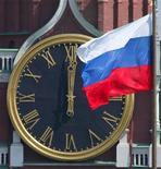 <p>На часах Спасской башни Кремля 12 часов дня, Москва 7 мая 2004 года. В ночь с субботы на воскресенье Россия перейдет на зимнее время. REUTERS/Sergei Chirikov</p>
