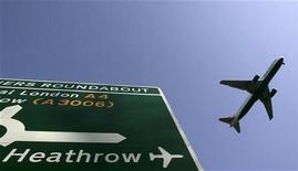 """<p>Пасажирский самолет готовится к посадке в пятом терминале аэропорта """"Хитроу"""", Лондон 28 марта 2008 года. Лондонский """"Хитроу"""" был признан худшим аэропортом в мире второй год подряд, согласно опросу, в котором приняли участие 14.500 человек. REUTERS/Luke MacGregor</p>"""