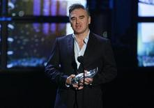<p>Singer Morrissey presents the MTV Legend award to Mexican group Cafe Tacvba at the MTV Los Premios 09 awards in Los Angeles, California October 15, 2009. REUTERS/Mario Anzuoni</p>