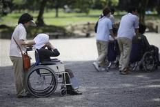 """<p>Пожилые жители Японии на прогулке в общественном саду Токио 16 июля 2009 года. Кто сказал, что игровые площадки предназначены только для детей? В Японии, самой быстростареющей стране в мире, как раз пожилые люди лазают по """"паутинке"""". Многие пожилые японцы занимаются набирающей популярность гимнастикой с использованием различных предметов на игровых площадках. REUTERS/Thomas White</p>"""