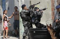 <p>Rio de Janeiro deve começar uma política de prevenção para garantir a segurança dos Jogos Olímpicos de 2016, disse uma autoridade de segurança da ONU em visita à cidade, após uma onda de violência que deixou mais de 40 mortos (foto de arquivo). REUTERS/Ricardo Moraes</p>