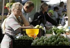 <p>A vendor waits for customers at Central Market in Riga August 10, 2009. REUTERS/Ints Kalnins</p>