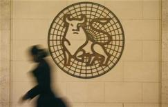 <p>A woman walks past the Merrill Lynch logo outside their offices in the City of London March 6, 2009. REUTERS/Andrew Winning</p>