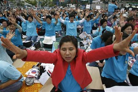 Christians pray during an anti-North Korea and pro-U.S. protest at the Seoul railway station, October 3, 2007. REUTERS/Han Jae-Ho