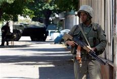 <p>Узбекский солдат стоит на посту на одной из улиц Андижана16 мая 2005 года. Европейский союз отменил во вторник последние санкции в отношении Узбекистана вопреки опасениям правозащитников вокруг ситуации с правами человека в этой среднеазиатской стране. REUTERS/Shamil Zhumatov</p>