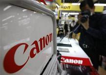 <p>Un hombre usa una cámara Canon en una tienda en Tokio, 27 oct 2009. La japonesa Canon dijo el martes que sus ganancias trimestrales cayeron un 54 por ciento por una menor demanda de copiadoras que opacó las robustas ventas de cámaras digitales, al tiempo que mantuvo su pronóstico anual de una caída de un 62 por ciento. El resultado, aunque estuvo en línea con las expectativas del mercado, subraya el ajuste en los presupuestos de las empresas, lo que es malo para los fabricantes de equipos de oficina, como Xerox Corp, Ricoh Co y Konica Minolta Holdings. REUTERS/Kim Kyung-Hoon</p>