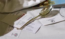 """<p>Ложка лежит рядом с визитками на ежегодном ужине для банкиров и предпринимателей из лондонского Сити в Mansion House 18 июня 2008 года. Незадачливый преступник пытался ограбить банк в городе Люблин, приставив к горлу кассира """"нож"""", на деле оказавшийся чайной ложкой, сообщают польские интернет-СМИ. REUTERS/Alessia Pierdomenico</p>"""