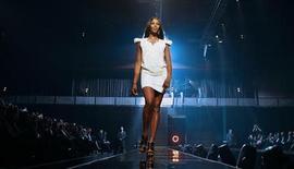 <p>Супермодель Наоми Кэмпбелл принимает участие в показе мод в концертном зале Luxury Village в Барвихе, недалеко от Москвы, 9 марта 2009 года. Парфюмерная компания подала в суд на Наоми Кэмпбелл за нарушение условий контракта, заявив, что британская супермодель присвоила себе миллионы долларов, которые должна была перечислить за помощь в разработке линии духов. REUTERS/Denis Sinyakov</p>