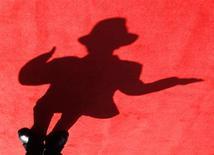 """<p>A sombras de um imitador de Michael Jackson é vista no tapete vermelho durante a premire do filme """"This Is It"""", em Taipei. O filme """"This Is It"""" de Michael Jackson foi mostrado para uma plateia recheada de estrelas, incluindo Will Smith, Jennifer Lopez e quatro dos irmãos do cantor na terça-feira, ganhando elogios da crítica e mostrando aos fãs que o Rei do Pop ainda podia entreter.28/10/2009.REUTERS/Nicky Loh</p>"""