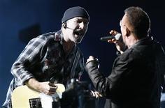 <p>Bono e The Edge, do U2, fazem show em Pasadena. A banda irlandesa de rock U2 fará um show gratuito diante do Portão de Brandemburgo, em Berlim, na semana que vem, para coincidir com o MTV Europe Music Awards, que ocorrerá na cidade na mesma noite, anunciaram os organizadores.25/10/2009.REUTERS/Mario Anzuoni</p>