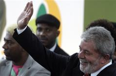 <p>Presidente Luiz Inácio Lula da Silva acena durante evento na Mangueira 28/10/2009 REUTERS/Ricardo Moraes</p>