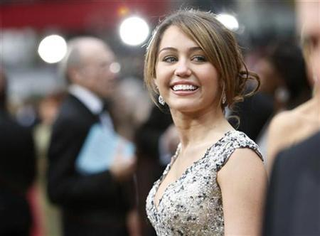 Miley Cyrus arrives at the 81st Academy Awards in Hollywood, February 22, 2009. REUTERS/Mario Anzuoni