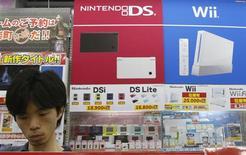 <p>Le bénéfice d'exploitation de Nintendo s'est établi à 64 milliards de yens (480 millions d'euros) pour le trimestre juillet-septembre, le deuxième de son exercice contre 133 milliards de yens à la même période l'an dernier. Le groupe japonais a été affecté par le ralentissement de la demande pour sa console de jeux vidéo Wii et la hausse du yen. /Photo prise le 30 juillet 2009/REUTERS/Yuriko Nakao</p>