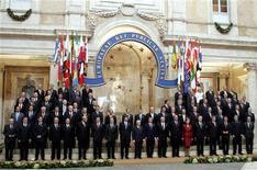 <p>Лидеры стран Евросоюза позируют для фотографов после подписания первой панъевропейской конституции в Риме 29 октября 2004 года. REUTERS/STR</p>