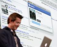 <p>Google a conclu des partenariats avec les services LaLa et iLike de MySpace pour lancer aux Etats-Unis un service de musique en ligne permettant de rechercher des chansons, d'en écouter un extrait et de les acheter en ligne. /Photo prise le 28 octobre 2009/REUTERS/Mario Anzuoni</p>