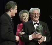 """<p>Испанский режиссер Хуан Антонио Бардем (справа) получает награду """"Гойя"""" на церемонии кинопремии в Мадриде 2 февраля 2002 года. 30 октября 2002 года известный испанский режиссер и сценарист Хуан Антонио Бардем, известный по фильмам """"Эта счастливая пара"""" (1951) и """"Смерть велосипедиста"""" (1955), скончался в возрасте 80 лет. REUTERS/Andrea Comas REUTERS</p>"""