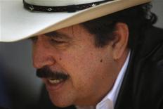 <p>Свергнутый президент Гондураса Мануэль Селайя во время интервью в посольстве Бразилии в Тегусигальпе 26 октября 2009 Фактическое правительство Гондураса поддалось международному давлению в четверг и согласилось позволить свергнутому президенту страну Мануэлю Селайе вернуться к власти. REUTERS/Edgard Garrido</p>
