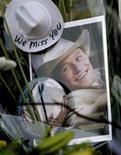 """<p>Фотография Хита Леджера со съемок фильма """"Горбатая гора"""" среди цветов напротив нью-йоркской квартиры актера 23 января 2008 года. Клип рэппера N'Fa, который стал последней режиссерской работой австралийского актера Хита Леджера, появился на веб-сайте YouTube. REUTERS/Nicholas Roberts</p>"""