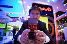 <p>Un hombre prueba un teléfono móvil en una exhibición en Ginebra, Suiza, 5 oct 2009. El mercado de telefonía celular crecerá previsiblemente de nuevo en la temporada de vacaciones que va de octubre a diciembre, tras cuatro trimestres de caída de ventas, lo que ha provocado el miedo a una guerra de precios entre compañías, dijeron el viernes los analistas del sector. Y es que la industria telefónica ve terminar su peor año, con el líder en ventas, Nokia, anunciando a principios de este mes que el volumen de transacciones de 2009 habría caído un 7 por ciento con respecto al 2008, atisbándose un ligero despegue en el cuarto trimestre. REUTERS/Valentin Flauraud</p>