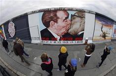 <p>Il dipinto sul Muro di Berlino che raffigura Leonid Brezhnev mentre bacia Erich Honecker, marito di Margot. REUTERS/Fabrizio Bensch (GERMANY ENTERTAINMENT SOCIETY POLITICS ANNIVERSARY)</p>