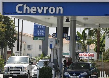 Motorists are shown at gas pumps at a Chevron gasoline station in Burbank, California, July 31, 2009. REUTERS/Fred Prouser