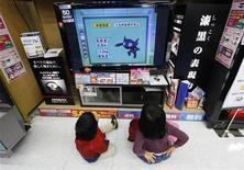 """<p>Niños miran television en una tienda en Tokio, 2 feb 2009. Mientras más televisión vea un niño de 3 años, mayor será la posibilidad de que se comporte de manera agresiva, de acuerdo a un estudio realizado en Estados Unidos. Sólo tener la televisión encendida de fondo, aún si el niño no la está mirando, también está ligado a una conducta agresiva, aunque la relación no es tan fuerte, sostienen los investigadores. """"Los padres deberían ser más conscientes acerca del uso de la televisión"""", dijo la investigadora Jennifer Manganello, de la University at Albany, a Reuters Health. REUTERS/Yuriko Nakao/Archivo</p>"""