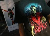 """<p>Un admirador indio de Michael Jackson espera en un cine para ver el documental """"This Is It"""", en Mumbai, 28 ct 2009. La recaudación de """"This Is It"""", el filme sobre los ensayos de Michael Jackson para una serie de conciertos en Londres, llegó en su primer fin de semana en Estados Unidos y Canadá a 23,2 millones de dólares, un 9 por ciento más que lo estimado previamente. REUTERS/Arko Datta</p>"""