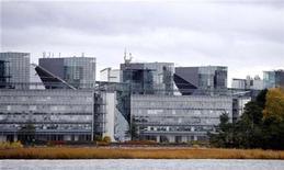 <p>Vista general de la sede de Nokia en Espoo, Finlandia. El fabricante de equipos de telecomunicaciones Nokia Siemens Networks pretende recortar hasta 5.800 puestos de trabajo y ahorrar más de 1.000 millones de euros (1.480 millones de dólares) para continuar siendo competitiva en un mercado despiadado. La empresa va a modificar sus operaciones esperando beneficiarse de su posición más fuerte en la oferta de servicios a los operadores. Los fabricantes de equipos de telecomunicaciones se han visto muy afectados por la recesión, que ha reducido el gasto de los operadores, y por la fuerte competencia de la chinas Huawei y ZTE. REUTERS/Jussi Nukari</p>