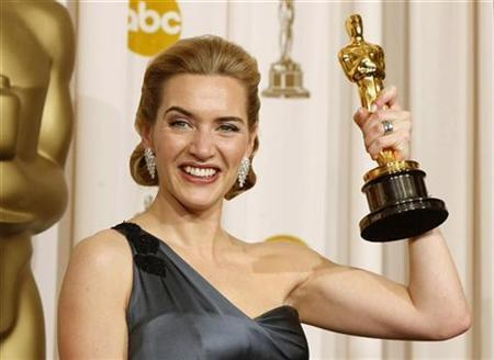 Best actress winner Kate Winslet poses with her Oscar for her role in ''The Reader'' backstage at the 81st Academy Awards in Hollywood, California, February 22, 2009. REUTERS/Mike Blake