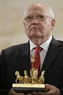 Former Soviet Union leader Mikhail Gorbachev holds his 'Die Quadriga' award during the awards ceremony in Berlin, October 3, 2009. REUTERS/Markus Schreiber/Pool