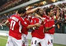 <p>Dieudonne Mbokani comemora gol do Standard Liege em vitória de 2 x 0 sobre o Olympiakos. REUTERS/Yves Herman</p>