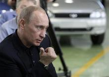<p>Премьер-министр ФР Владимир Путин во время встречи с рабочими АвтоВАЗа в Тольятти 30 марта 2009 года. Премьер РФ Владимир Путин пообещал глубоко убыточному флагману отечественного автомобилестроения АвтоВАЗу 55 миллиардов рублей (почти $2 миллиарда), которые спасут его от банкротства, но не уточнил, кто именно даст эти деньги. REUTERS/RIA Novosti/Pool</p>