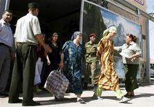 <p>Амнистированные женщины-заключенные покидают тюрьму в таджикском городе Нурека 25 августа 2006 года. Таджикистан амнистировал около 10.000 человек в честь основателя доминирующего в стране течения ислама и 15-летия конституции центральноазиатского государства. REUTERS/Nozim Kalandarov</p>