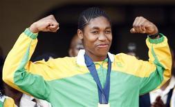 <p>Foto de arquivo da atleta sul-africana Caster Semenya. Nesta quinta-feira, a Federação de Atletismo da África do Sul emitiu um pedido formal de desculpas à campeã mundial dos 800 metros pela forma como tratou os exames de verificação de sexo da corredora. REUTERS/Siphiwe Sibeko</p>