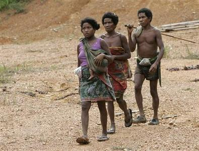 A family from the Batek tribe walk to their village next to the entrance of Kuala Koh National Park in the northeastern Peninsular Malaysian state of Kelantan October 21, 2009. REUTERS/Zainal Abd Halim