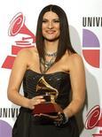 <p>Laura Pausini con il premio vinto ai Latin Grammy award a Las Vegas. REUTERS/Steve Marcus (UNITED STATES ENTERTAINMENT)</p>