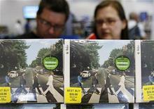 <p>Clientes miran discos remasterizados de The Beatles en una tienda en Nueva York, 9 sep 2009. La discográfica londinense EMI ganó una disputa judicial contra la página web BlueBeat.com, a la que acusó de vender canciones de los Beatles sin su permiso. Un tribunal federal de Los Angeles ha decretado una orden de protección temporal contra el sitio después de que EMI, la discográfica de los Beatles, emprendiera acciones legales contra ellos el martes. REUTERS/Shannon Stapleton</p>