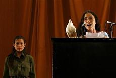 <p>La blogger cubana Yoani Sanchez sul palco della decima Biennale di Arte Contemporanea all'Avana, nel gennaio scorso. REUTERS/Enrique De La Osa (CUBA SOCIETY POLITICS)</p>