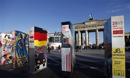 Domino pieces are lined up in front of the Brandenburg Gate in Berlin November 7, 2009. REUTERS/Pawel Kopczynski