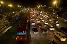 <p>Auto in fila nel traffico cittadino. REUTERS/Jose Miguel Gomez</p>