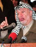 <p>Глава Палестинской автономии Ясир Арафат выступает в городе Рамаллах 15 ноября 1998 года. 9 ноября 1995 года лидер Палестины Ясир Арафат впервые посетил Израиль с официальным визитом. REUTERS/Abbas Moumani</p>
