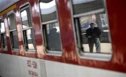 <p>Мужчина отражается в окне поезда на вокзале в Софии 20 октября 2008 года. Бывший глава государственной болгарской железнодорожной компании BDZ был обвинен в злоупотреблении служебным положением, из-за которого государство лишилось 10 миллионов евро ($15 миллионов), говорится в сообщении стороны обвинения. REUTERS/Stoyan Nenov</p>