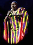 """<p>Южноафриканская певица Мириам Макеба поет на ежегодном фестивале """"Joy of Jazz"""" в Йоханнесбурге, ЮАР 23 августа 2007 года. 10 ноября 2008 года в возрасте 76 лет скончалась южноафриканская певица Мириам Макеба, известная как """"Мама Африка"""". Она стала первым чернокожим музыкантом из ЮАР, добившимся международного признания. Почти три десятилетия певице пришлось провести вне родины, после того, как она выступила с критикой апартеида. REUTERS/Antony Kaminju</p>"""