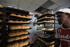 <p>Рабочий в булочной в Гаване 15 октября 2009 года. Передайте еще хлеба! Сев на углеводную диету и сократив потребление мяса и молочных продуктов, вы не только уменьшите объемы талии и бедер, но и станете счастливее, обещают австралийские ученые. REUTERS/Desmond Boylan</p>