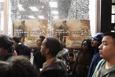"""<p>Clientes esperan para comprar copias del juego """"Call of Duty: Modern Warfare 2"""" en una tienda GameStop en Nueva York, 10 nov 2009. El muy anticipado juego de Activision Blizzard Inc, """"Call of Duty: Modern Warfare 2"""", salió a la venta la mañana del martes, mientras ansiosos seguidores de los videojuegos llevaban horas esperando el lanzamiento. El juego de disparos en primera persona tiene el potencial de convertirse en uno de los títulos más importantes y de más rápida venta de la historia, desafiando récords registrados por exitosos lanzamientos como la serie """"Grand Theft Auto"""". REUTERS/Lucas Jackson</p>"""