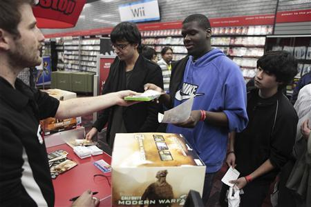 Customers wait in line to purchase copies of the game ''Call of Duty: Modern Warfare 2'' at a GameStop store in New York November 10, 2009. REUTERS/Lucas Jackson