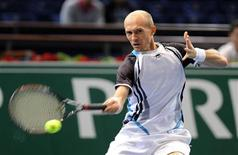 <p>O russo Nikolay Davydenko enfrenta o alemão Benjamin Becker em jogo do Masters de Paris, nesta terça-feira. REUTERS/Jacky Naegelen</p>