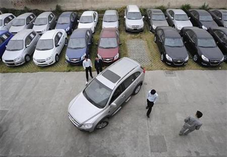 Customers look at a Chevrolet car at a General Motors auto dealership in Hefei, Anhui province November 7, 2009. REUTERS/Stringer