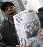 <p>Демонстрант держит выпуск газеты New York Post с противоречивым рисунком, на котором изображен шимпанзе, перед офисом News Corp. в Нью-Йорке 19 февраля 2009 года. Экс-редактор New York Post подала на газету и на компанию-владельца News Corp в суд, заявив, что ее уволили после того, как она пожаловалась на сексистские и расистские настроения в газете. REUTERS/Brendan McDermid</p>